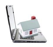 Het huis van het stuk speelgoed op laptop Stock Fotografie