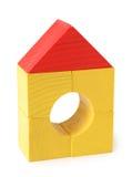 Het huis van het stuk speelgoed van houten kubussen Stock Foto's