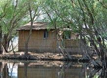 Het huis van het vissersriet door de kust Royalty-vrije Stock Afbeeldingen