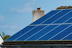 Het huis van het zonnepanelendak Stock Foto