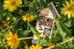 Het huis van het insecthotel in tuin royalty-vrije stock fotografie