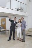 Het Huis van makelaar in onroerend goedshowing couple new royalty-vrije stock foto's