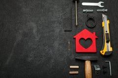 Het huis van het onderhoudsbezit, het concept van de huismoeilijke situatie Reparatieplan Exemplaarruimte voor tekst royalty-vrije stock afbeeldingen