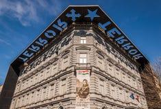 Het huis van Verschrikking of Verschrikking Haza is een museum in Boedapest, Hongarije stock afbeeldingen