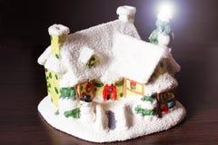 Het huis van weinig Nieuwjaar in de sneeuw stock afbeeldingen