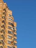 Het huis van woningen op een blauwe hemel Stock Foto's