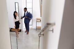 Het Huis van zakenmanand businesswoman returning van het Werk royalty-vrije stock foto