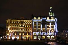 Het huis van Zinger (?Huis van boeken?) bij nacht Royalty-vrije Stock Foto