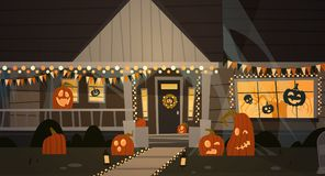 Het huis voor Halloween-Huis wordt verfraaid die Front View With Different Pumpkins bouwen, slaat het Concept dat van de Vakantie Stock Afbeeldingen
