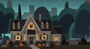 Het huis voor Halloween-Huis wordt verfraaid die Front View With Different Pumpkins bouwen, slaat het Concept dat van de Vakantie Royalty-vrije Stock Afbeelding