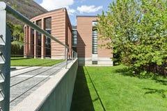 Het huis whith tuin van het ontwerp Stock Afbeeldingen
