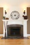 Het huis witte open haard van de luxe met steen en klok. royalty-vrije stock foto