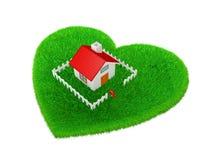 Het huis wordt gevestigd op weide in de vorm van een hart Royalty-vrije Stock Foto's