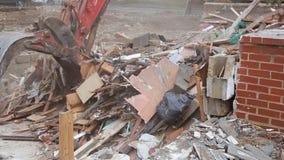 Het huis wordt vernietigd Barsten in muur van huis Vernietiging van oude huizen, aardbevingen, economische verlaten crisis, stock footage