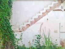 Het huis wordt vernietigd en er zijn ook gelijktijdig verlaten patronen van treden stock afbeeldingen
