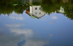 Het huis wordt weerspiegeld in het water royalty-vrije stock afbeeldingen
