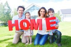 Het huisbrieven van de familieholding Stock Fotografie