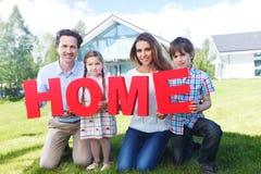 Het huisbrieven van de familieholding Stock Foto's