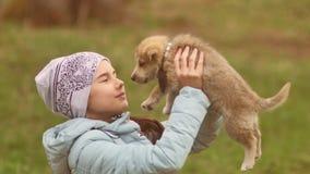 Het huisdier en de baby het dichte omhooggaande portret van de meisjestiener van het hondpuppy van gelukkig meisje in het bos die stock video
