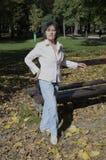 Het huisdierenherfst van de vrouwen de stappende voet in park royalty-vrije stock fotografie