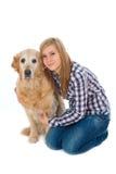 Het huisdierenhond van het meisje woth Royalty-vrije Stock Afbeelding