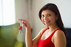 Het huiseigenaar van de portretvrouw het glimlachen het nieuwe huis van holdingssleutels Royalty-vrije Stock Foto