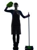 Het huishoudelijk werk van het vrouwenmeisje brooming het groeten silhouet Stock Foto's