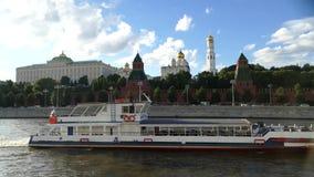 Het huisraden van het Kremlin en de kerk van het Kremlin in de zomer stock video