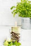 Het huisroomijs van de muntchocolade met donker dik chocoladesuikerglazuur op een lichte achtergrond in een glas met ijs Selectie Royalty-vrije Stock Foto's
