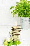 Het huisroomijs van de muntchocolade met donker dik chocoladesuikerglazuur op een lichte achtergrond in een glas met ijs Selectie Stock Afbeeldingen