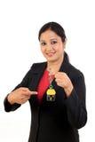 Het huissleutel van de bedrijfsvrouwenholding Stock Foto's