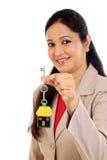 Het huissleutel van de bedrijfsvrouwenholding Stock Fotografie