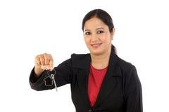 Het huissleutel van de bedrijfsvrouwenholding Stock Afbeeldingen