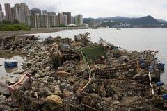 Het huisvuil stapelde zich omhoog op de kust van de oceaan op. Royalty-vrije Stock Fotografie