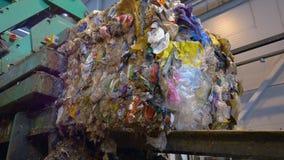 Het huisvuil wordt in blokken bij een recyclingsinstallatie die wordt gestapeld Timelapse stock footage