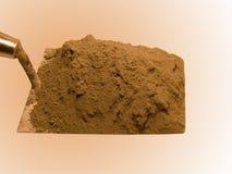 Het hulpmiddel van de bouwer een schop met cement Royalty-vrije Stock Afbeeldingen