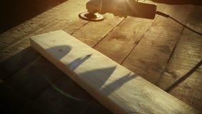 Het hulpmiddel van de hoekmolen, het Mooie wegblazen van zaagselspaanders door machine van houten plank op te poetsen Snelle 100  stock video