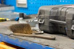 Het hulpmiddel van de houvast schoonmakende borstel op het werkbank royalty-vrije stock afbeelding