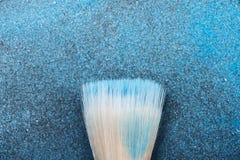 Het Hulpmiddel van de samenstellingsborstel op blauwe Schoonheidsmiddelen royalty-vrije stock afbeeldingen