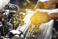 Het hulpmiddel van het herstellergebruik het bevestigen motor van een auto Stock Foto's