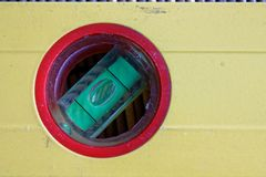 Het hulpmiddelclose-up van het geest Geel niveau in rode cirkel, voor industriële achtergrond of textuur Stock Foto