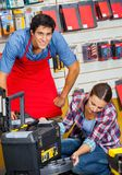 Het Hulpmiddelgeval van verkoperswith customer examining binnen Royalty-vrije Stock Fotografie