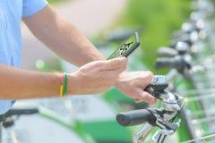 Het huren van fiets van stedelijke fiets die post delen royalty-vrije stock fotografie