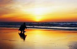 Het hurken genietend van zonsopgang Royalty-vrije Stock Afbeeldingen