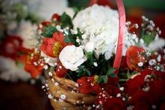 Het huwelijk bloeit flowergirl mand posie van rode en witte bloemen Royalty-vrije Stock Afbeeldingen