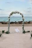 Het Huwelijk dat van het strand - oceaan en rotsen overziet Stock Foto
