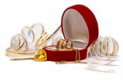 Het huwelijk en de muis van banden over wit royalty-vrije stock afbeeldingen