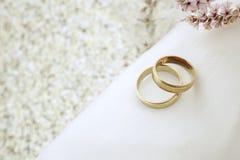 Het huwelijk nodigt met gouden ringen uit Stock Foto