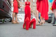 Het huwelijk, op de bestrating is rode schoenen op de achtergrond is bruidsmeisjes royalty-vrije stock foto's