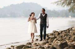 Het huwelijk van het strand met bruid, bruidegom op het strand Royalty-vrije Stock Afbeeldingen
